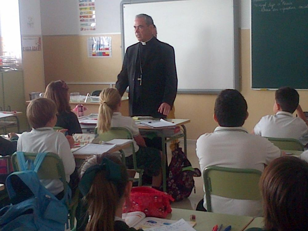 El Obispo con alumnos del centro Juan XXIII