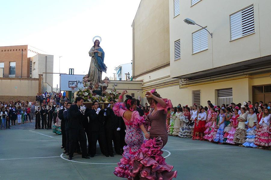 Baile en el Rosario de la Aurora en el colegio María Inmaculada