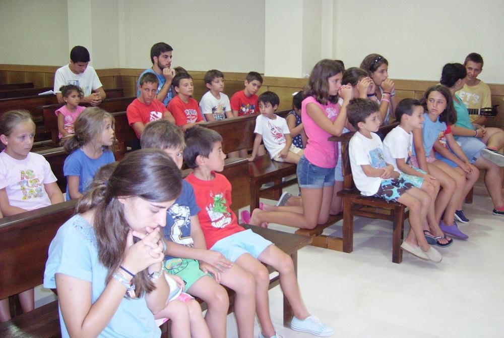 Los niños rezan en la capilla  · Autor: ANA OÑATE