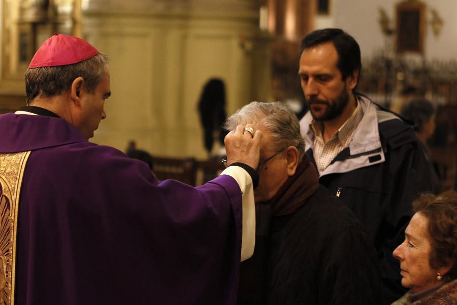 El Sr. Obispo impone la ceniza, ayer, en la Catedral. FOTO: S. FENOSA