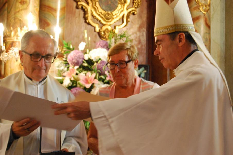 "El Sr. Obispo D. Jesús Catalá, otorga la medalla ""Pro Ecclesia Malacitana"" a Dolores Fernández  · Autor: A. MEDINA"