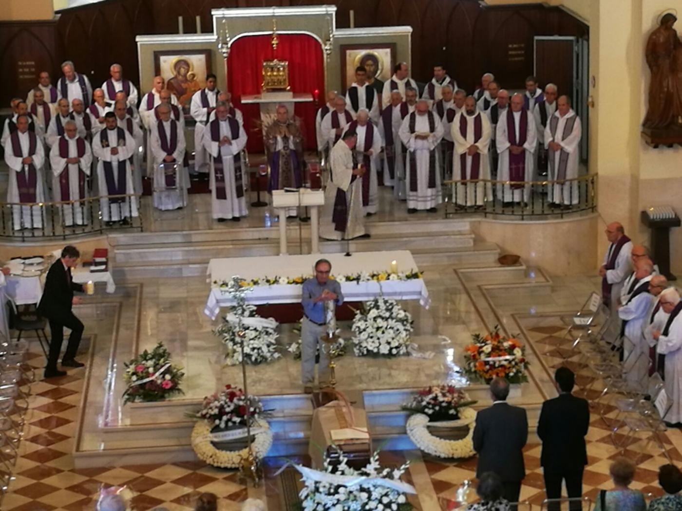 Momento de la Eucaristía córpore insepulto presidida por el Sr. Obispo. FOTO: J. I. TORRES