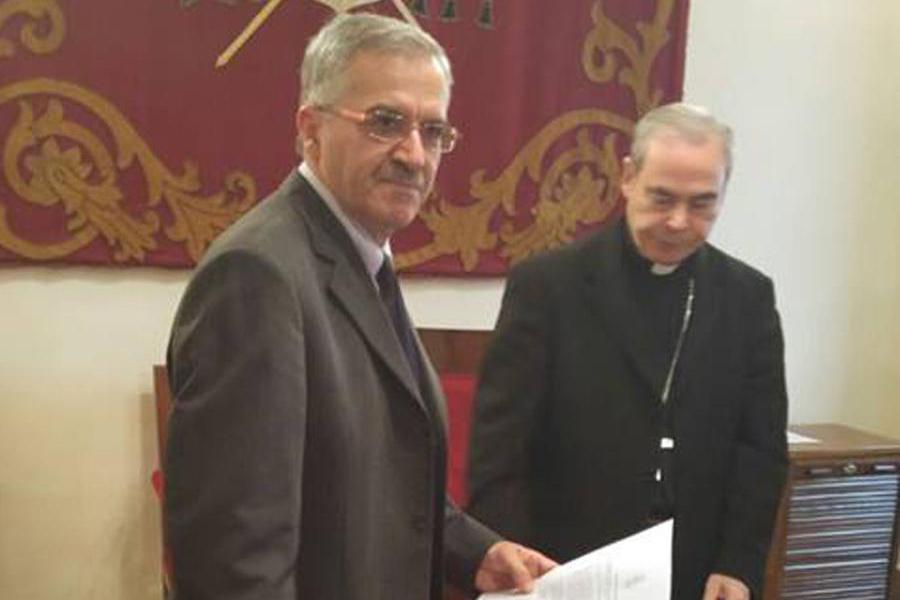 Andrés Serrano en el momento de la firma, ante el Obispo de Málaga