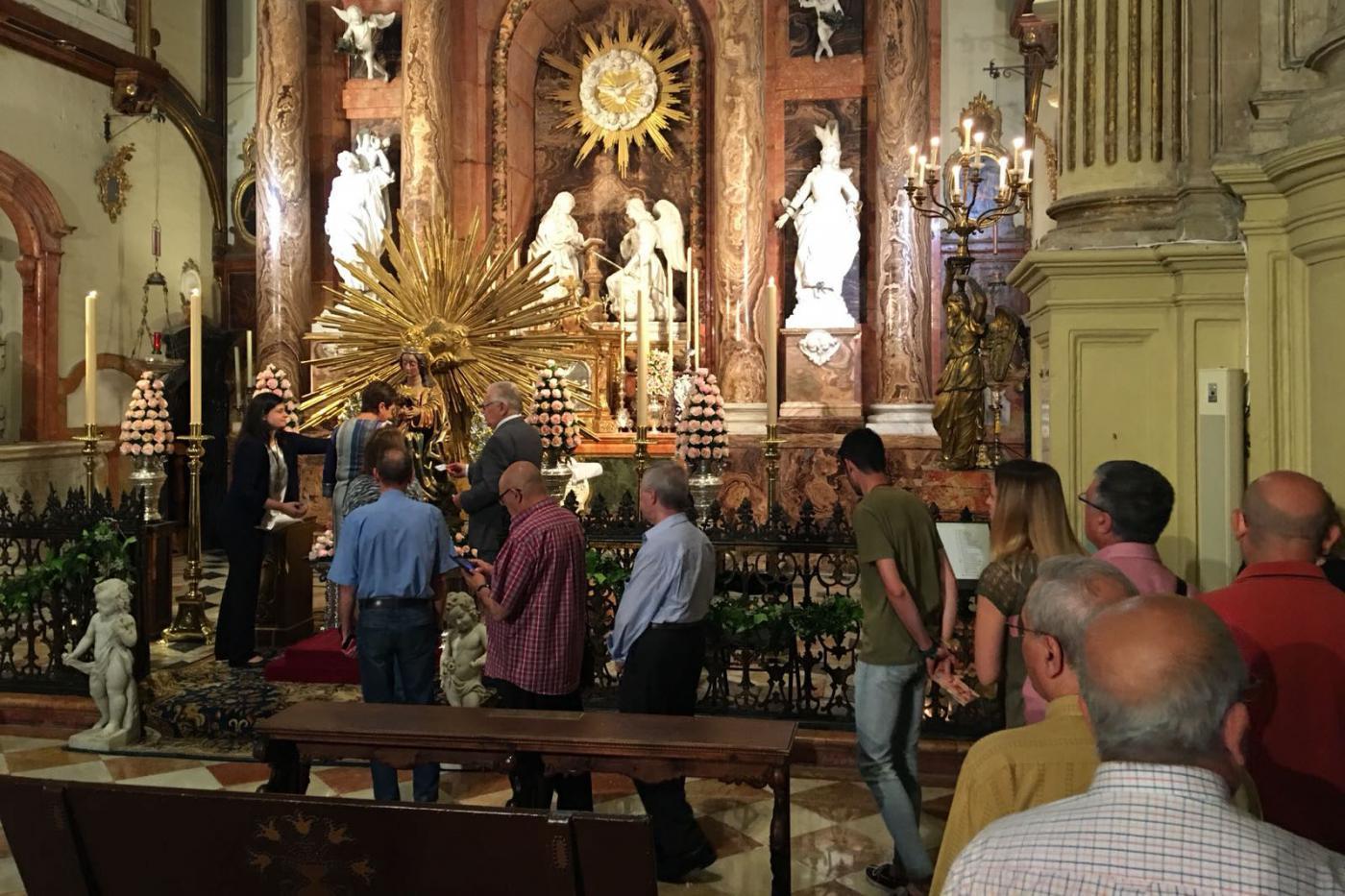 Cientos de fieles han participado ya en el besamanos extraordinario de la patrona de la Diócesis