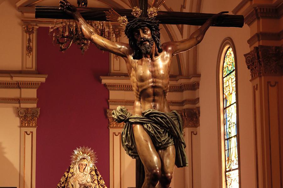 Santísimo Cristo de la Agonía, titular de las Penas, y Virgen de la Trinidad en la capilla del Palacio Episcopal // S. FENOSA