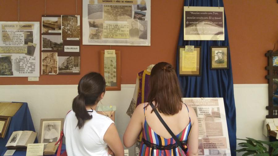 Visitantes en la exposición biográfica del Padre Arnaiz