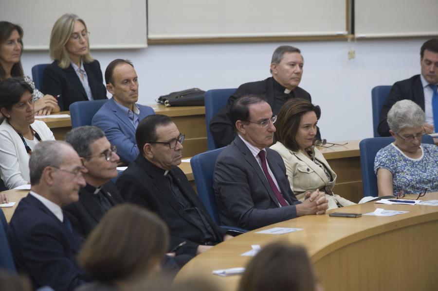 Momento de la conferencia del Obispo de Málaga, Jesús Catalá, en el Instituto Internacional San Telmo