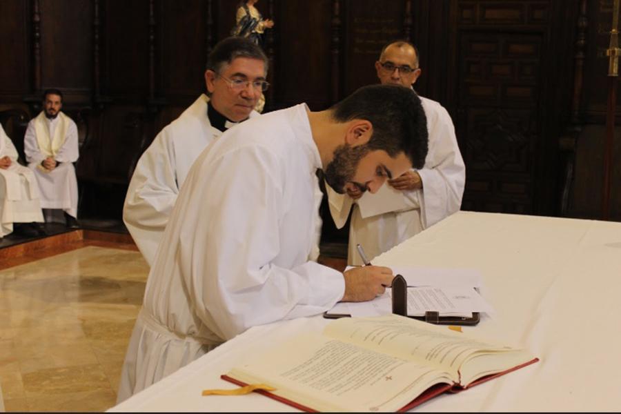 Profesión de fe y firma del celibato y la obediencia al Obispo, acto previo a la ordenación  · Autor: D. GUTIÉRREZ