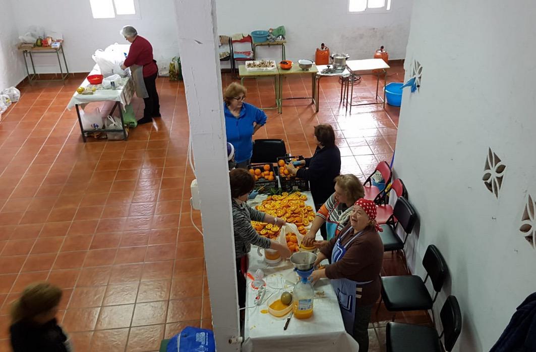 Feligresas de la parroquia de Totalán, preparando comida para los voluntarios en el rescate de Julen
