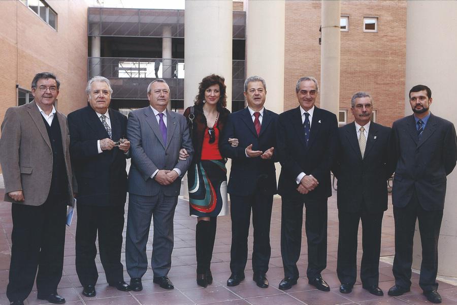 Anselmo Ruiz, primero por la izquierda, junto al resto de premiados y representantes de la Junta de Andalucía, al recibir la medalla a Cáritas Málaga en 2007