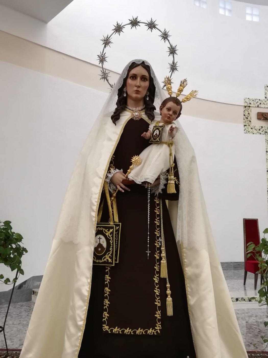 Virgen del Carmen con el rosario regalado por el papa Francisco
