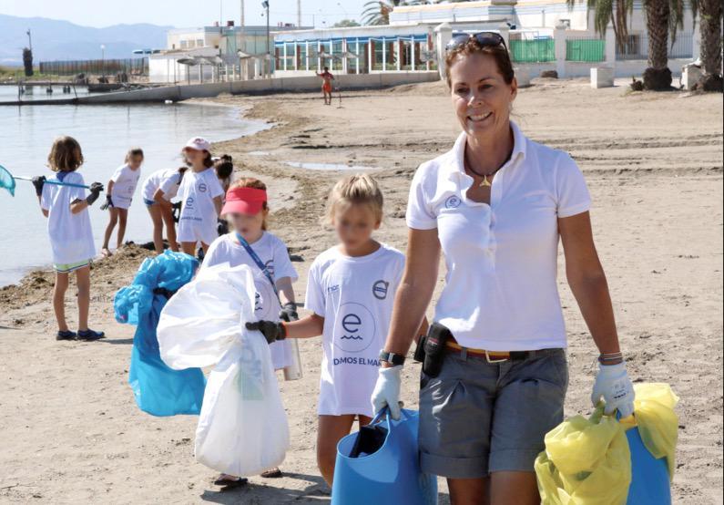 Theresa Zabell en una de las recogidas de basura en las playas