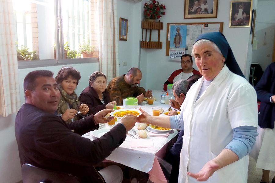 Sor María Gracia lleva desde el 73 trabajando por los pobres de la Palma-Palmilla. Aquí, sirviendo la comida en el comedor Santa Teresa
