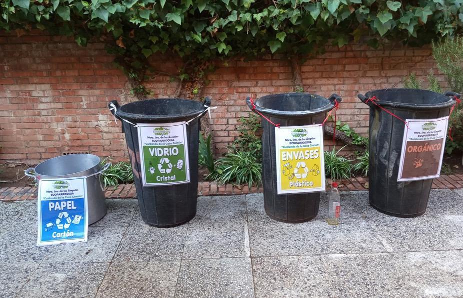 Contenedores para reciclar en la ecoparroquia de Nuestra Señora de los Ángeles, Málaga