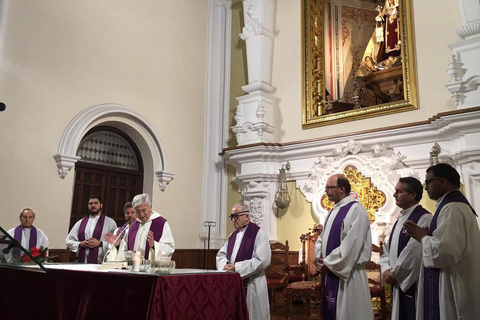 Eucaristía de acogida de la Cruz de Lampedusa en la parroquia del Carmen, en El Perchel  // V. FLORES