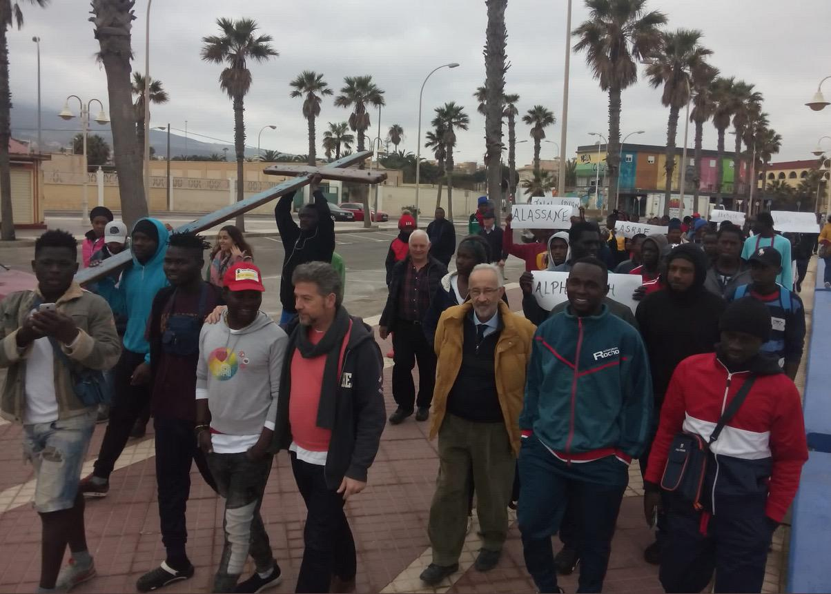 La cruz, en Melilla, portada por jóvenes migrantes, cerca de la valla