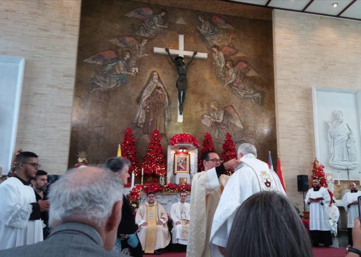 Momento de la ceremonia de la ordenación de Miguel Norbert, acompañado por Antonio Jesús Jiménez