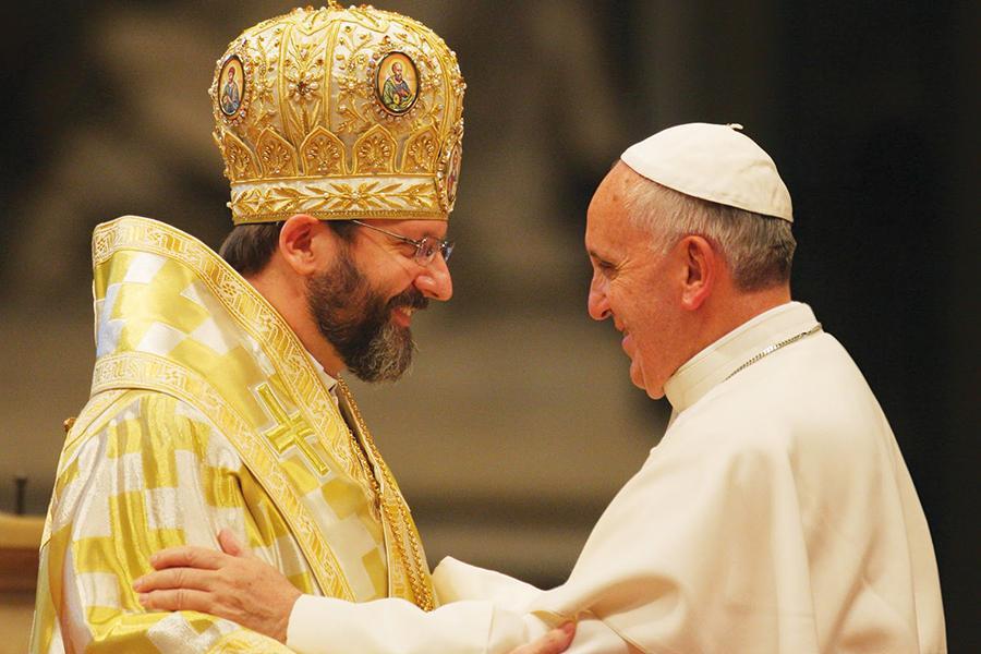 Saludo entre el papa Francisco y el patriarca católico oriental ucraniano