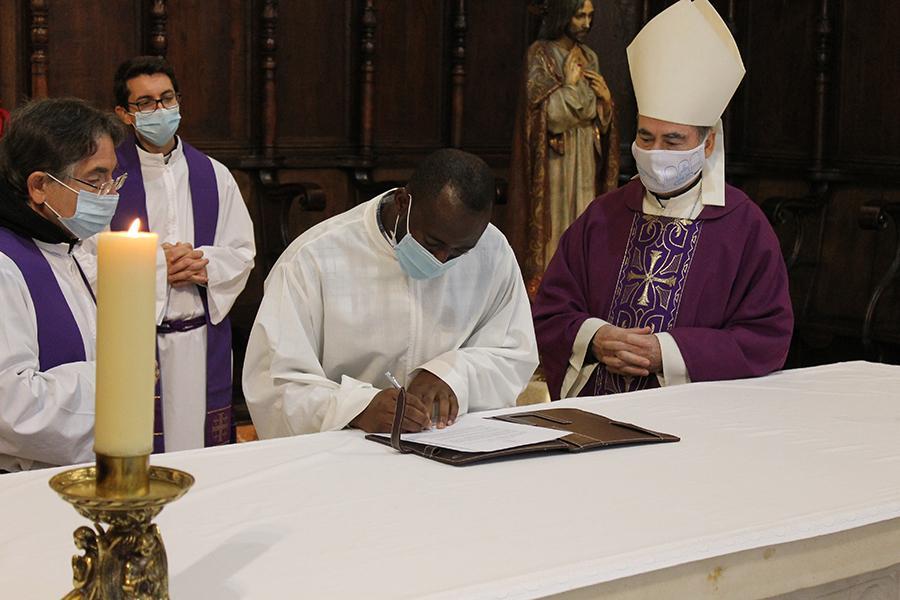 Fernando Eningo firma los compromisos sacerdotales