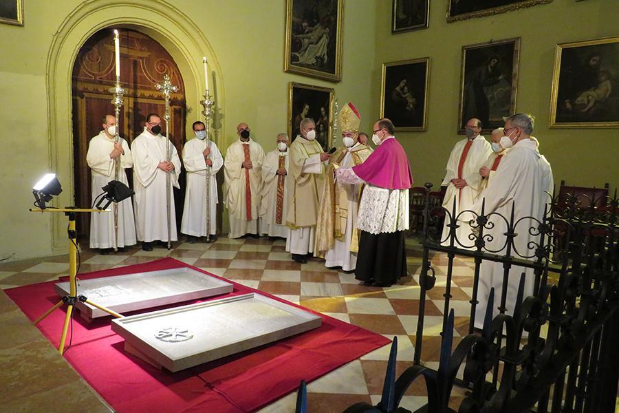 Bendición de las laudas dedicadas a D. Antonio Dorado y D. Fernando Sebastián // E. LLAMAS