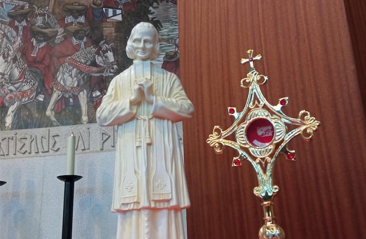 reliquia del santo cura de Ars expuesta a la veneración pública en la parroquia de Santa Rosa de Lima, el 4 de agosto
