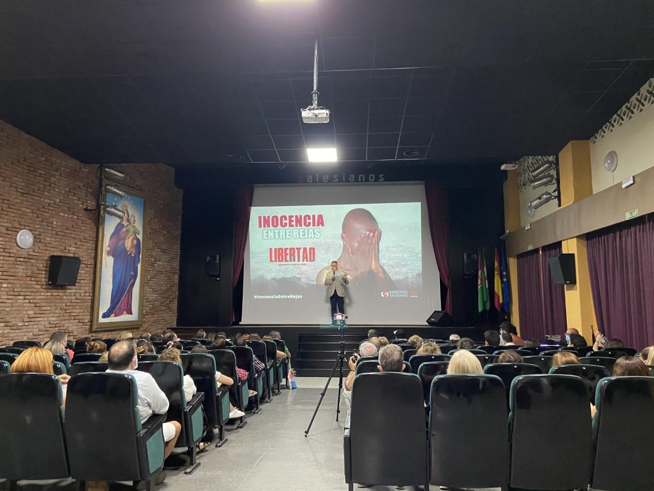 La presentación tuvo lugar en el teatro del Colegio San Bartolomé// V. LUQUE